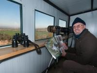 Pepe Elías, amigo y gran fotógrafo, realizando sesión en el hide del muladar de AMUS