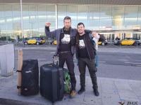 John y Xavi despidiéndose en el aeropuerto, rumbo desierto del Gobi, Mongolia.