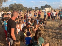 Los compañeros voluntarios ayudaron a los niños a dar libertad a estas cigüeñas.