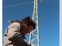La adiestradora introduce puntos de señalización durante los rastreos.